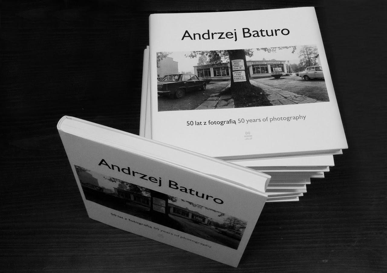 """Zdjęcie egzemplarzy książki Andrzeja Baturo """"50 lat z fotografią"""""""