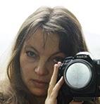 Portret Inez Baturo trzymającej aparat fotograficzny